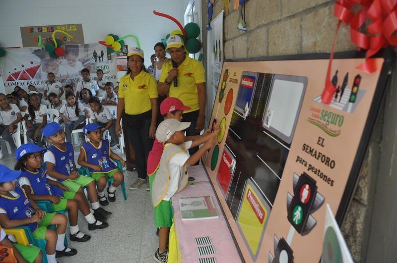 Aprender los colores, identificar las señales de tránsito y el respeto durante la conducción son algunos de los valores enseñados a los niños.