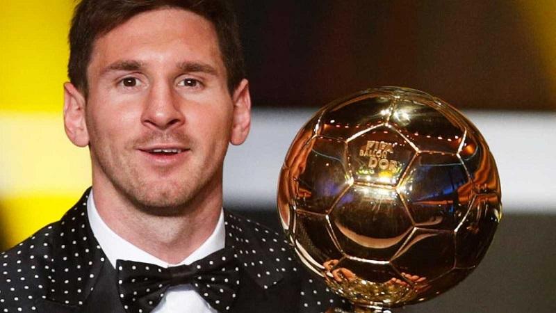 Lionel Messi posando junto a un Balón de Oro.   FOTO/CORTESÍA.
