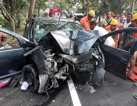 El vehículo en el que se movilizaban las víctimas quedó con la parte delantera destruida.   FOTO/CORTESÍA.