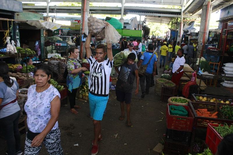 Desde la mañana de ayer los vallenatos se desplazaron a comprar los comestibles de la cena de fin de año en el Mercado Público de Valledupar.  FOTO/JOAQUÍN RAMÍREZ.