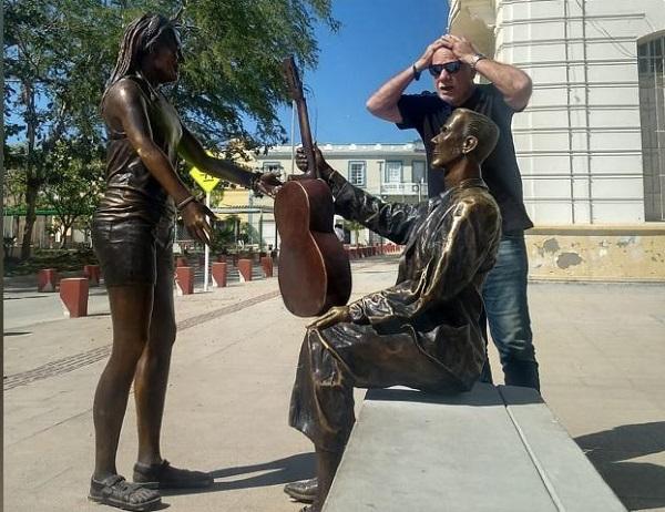 Estatua de Carlos Vives causa controversia por su aspecto