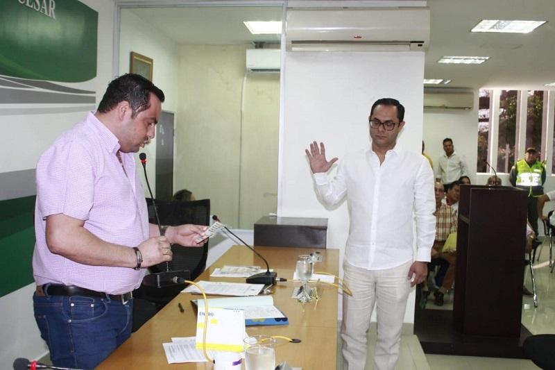 Delwin Jiménez tomando juramento ante el presidente de la Asamblea del Cesar, Miguel Ángel Gutiérrez.   FOTO/CORTESÍA.