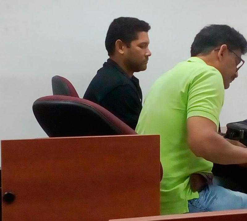 Julio César Rodríguez junto con su abogado de la Defensoría del Pueblo.