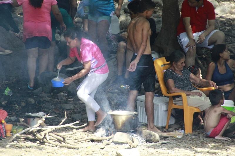 Los vallenatos llevan al río Guatapurí utensilios de cocina, la tradicional olla del sancocho, carnes de res, mazorca, papa, yuca, entre otros ingredientes, para el sancocho.   FOTO/JOAQUÍN RAMÍREZ