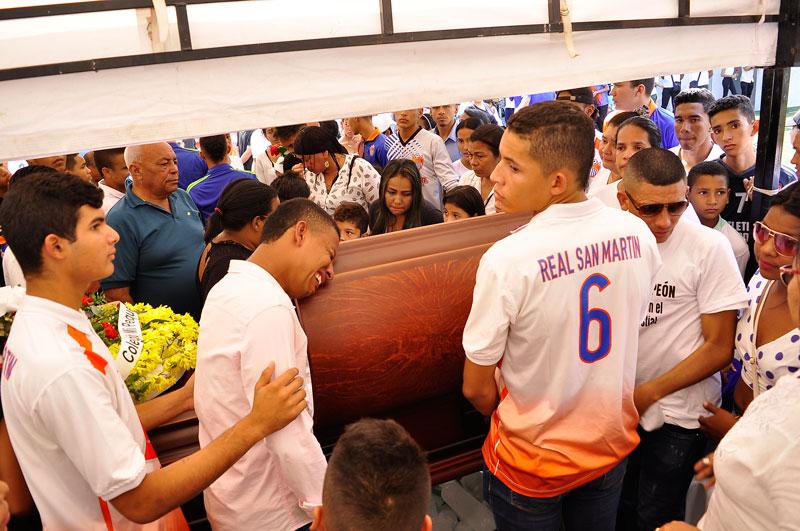 El ataúd del deportista estuvo en cámara ardiente en la cancha del barrio San Martín.