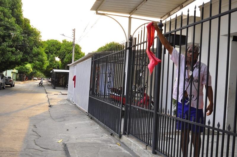 Los habitantes han puesto trapos rojos en sus casas, al parecer, para recibir ayudas de las administraciones locales y departamentales.  FOTO/JOAQUÍN RAMÍREZ.