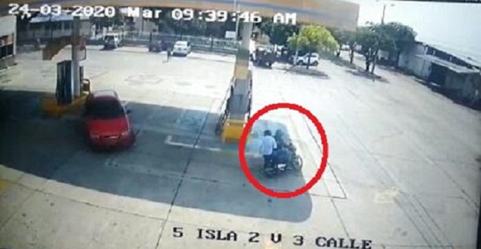 El momento en que la víctima seguía a dos de los señalados rateros.   CAPTURA DE VIDEO.