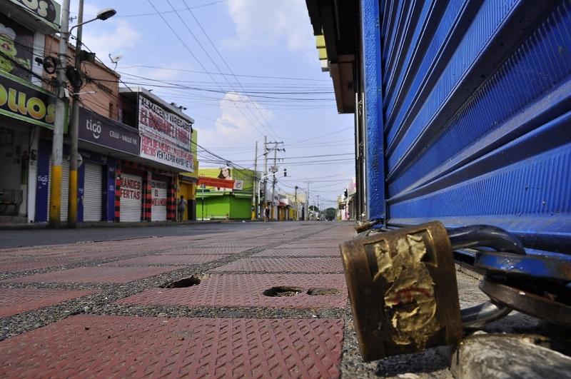 El hecho que los establecimientos comerciales estén cerrados por la cuarentena inquieta a muchos trabajadores que no reciben ingresos.  FOTO/ Joaquín Ramírez/EL PILÓN
