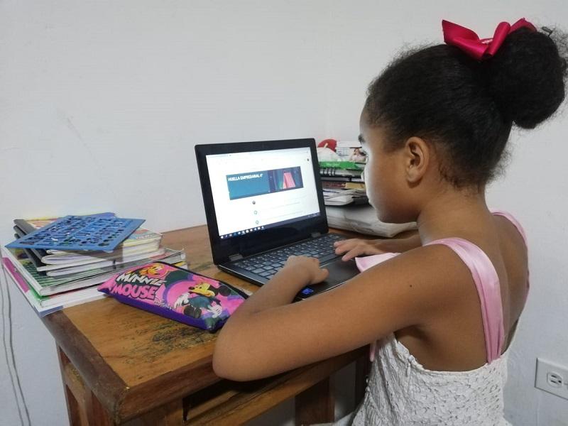 Con computadores, tablets o celulares niños y jóvenes continúan con sus actividades académicas en casas.  FOTO/ Joaquín Ramírez/EL PILÓN