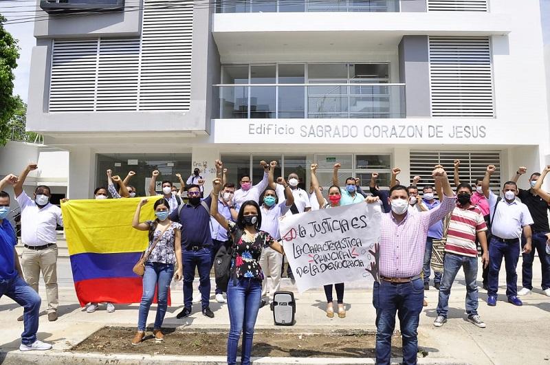 En la protesta estuvieron unos 20 abogados.   FOTO/JOAQUÍN RAMÍREZ.