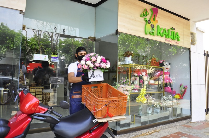 Las floristerías reciben pedidos desde la entrada de su negocio. Ofrecen sus arreglos a través de catálogos virtuales.  Foto: Joaquín Ramírez/EL PILÓN