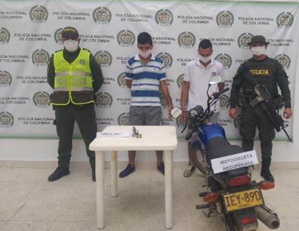 Los capturados con la moto robada.   FOTO: CORTESÍA.