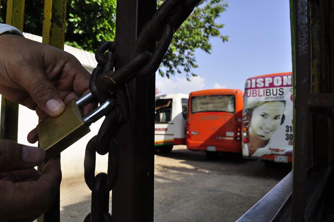 Parqueados permanecen los buses del servicio de transporte público de Valledupar.