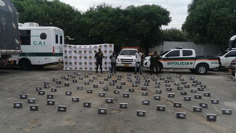 La droga fue encontrada debajo del piso de la carrocería del camión.   FOTO:POLICÍA NACIONAL.