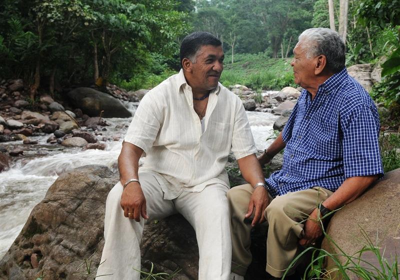 El cantautor Ivo Díaz, charlando con su padre teniendo como testigo a un río.  FOTO/CORTESÍA.