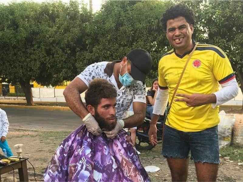 Además de la entrega de alimentos, Navarro y sus colaboradores le brindan jornadas de aseo a los a los habitantes de calle.   FOTO/CORTESÍA.