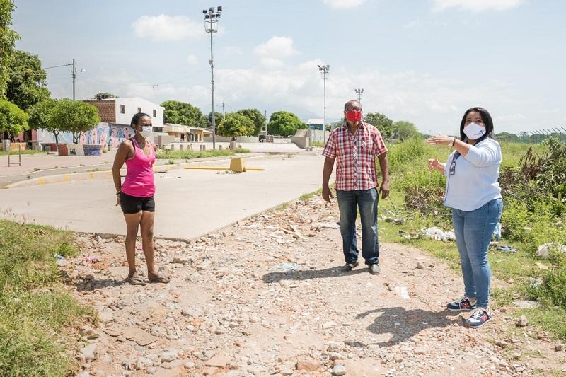 Funcionarios de Fonvisocial visitaron los cinco barrios donde habrá intervención por la obra.  FOTO/CORTESÍA.