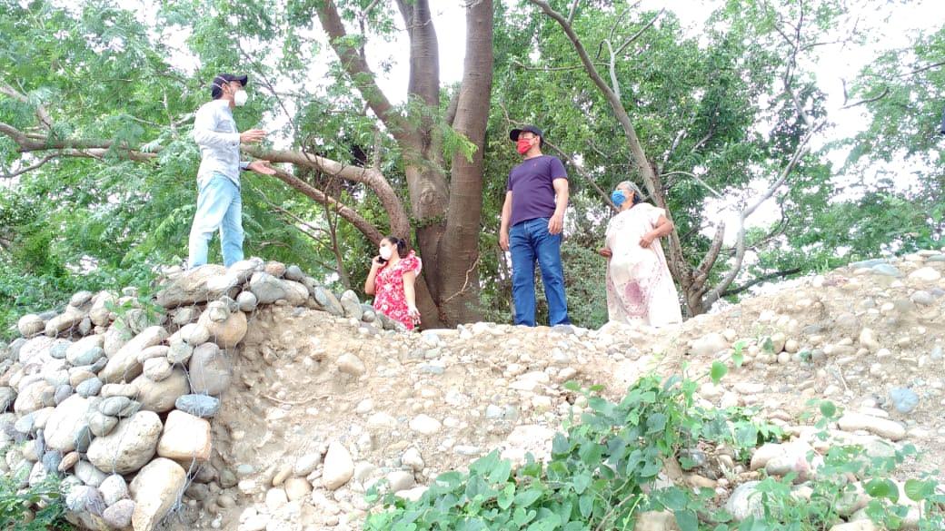 De manera permanente la Junta de Acción Comunal y vecinos se reúnen para mirar qué tanto terreno han perdido los gaviones ante el río.
