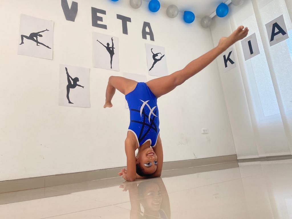 Con movimientos que incluyeron sincronía y acrobacias, las chicas de Gymnastic Veta representaron de buena forma al Cesar.