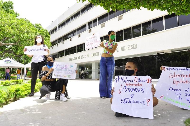 Los estudiantes protestaron a las afueras de la Gobernación del Cesar.   FOTO/JOAQUÍN RAMÍREZ.