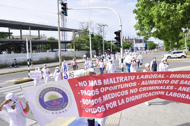 Los trabajadores del HRPL siguen en cese de actividades con  la ilusión que esto sirva de presión para que les paguen los salarios atrasados. Archivo/EL PILÓN