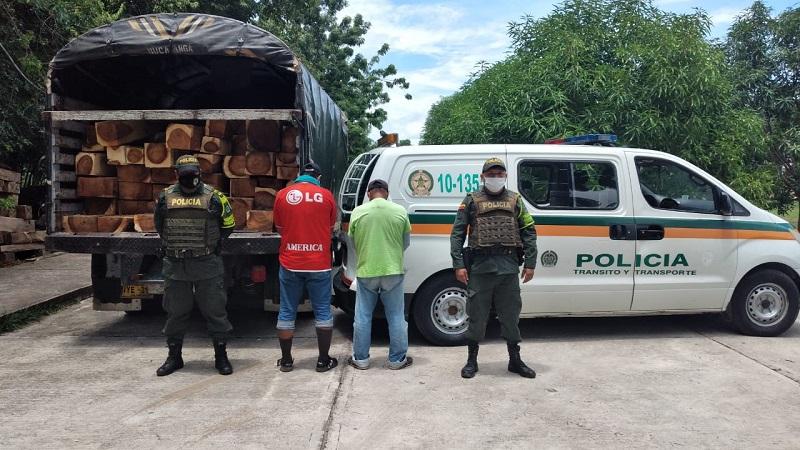 Los sujetos cuando fueron detenidos con el camión.  FOTO/CORTESÍA.