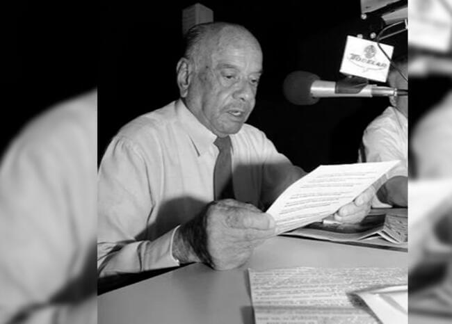 Pastor Londoño trabaja actualmente en Radio Popular en Medellín a sus 93 años.   FOTO/CORTESÍA.