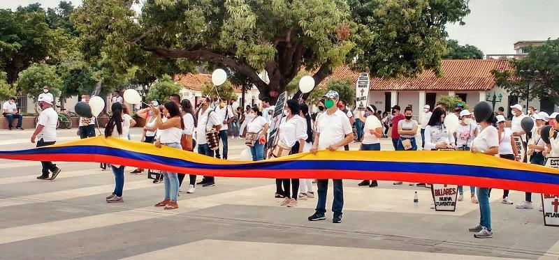 Entre canticos y pitos los comerciantes llegaron hasta la plaza Alfonso López de Valledupar.   FOTO/ROBERT CADAVID