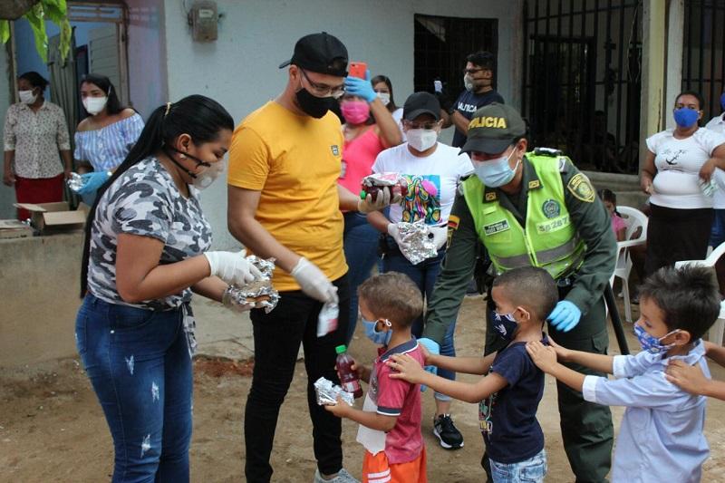 Un sándwich y un jugo donaron a los niños y adultos mayores en el barrio El Páramo de Valledupar. FOTO/CORTESÍA.