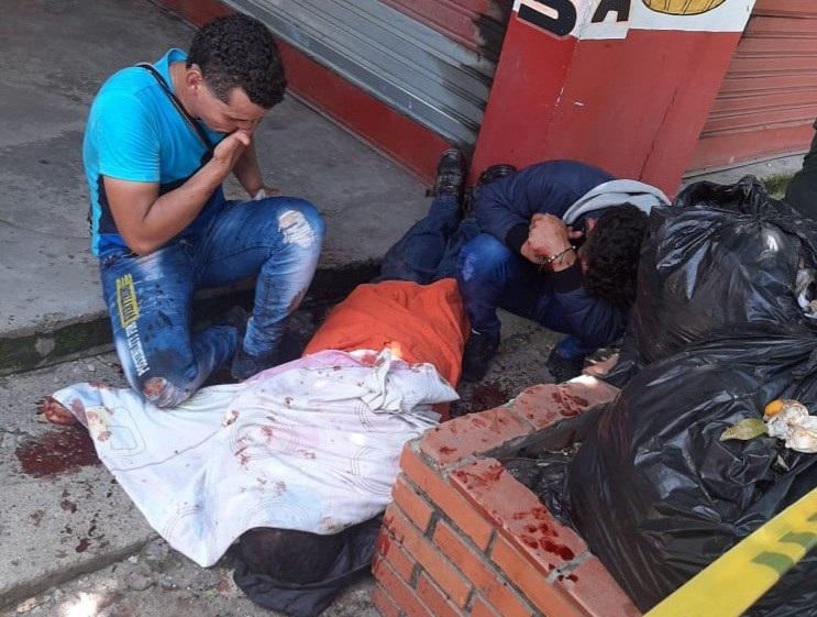 El cuerpo de la víctima quedó tirado fuera del local comercial donde se presentó la riña.  FOTO/CORTESÍA.