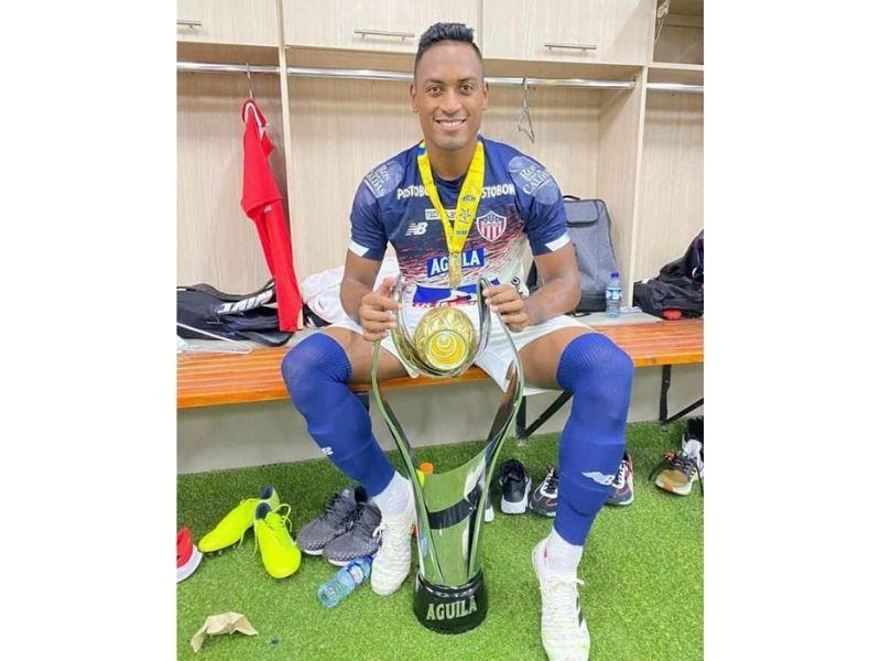 El defensor cesarense posó para la foto con su segunda Superliga consecutiva en el camerino del estadio Pascual Guerrero.  FOTO/CORTESÍA.