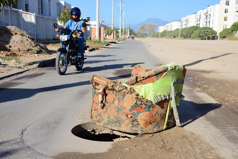Para evitar accidentes, algunos habitantes tapan los huecos con piedras e incluso elaboran señalizaciones improvisadas.  FOTO/CORTESÍA.