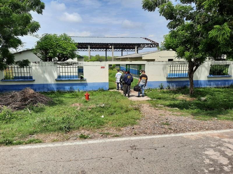 Efectivos de la SIJIN llegaron hasta las instalaciones del plantel Luis Rodríguez Valera para iniciar las investigaciones.   FOTO/CORTESÍA.