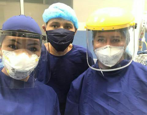 Deivis Manuel Garizabalo con el equipo médico de la clínica de Valledupar.   FOTO/CORTESÍA.