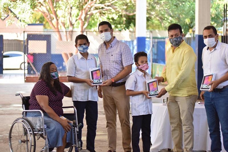 Los estudiantes del colegio Villa Corelca recibieron las tablets entregadas por la administración municipal.  FOTO/CORTESÍA.