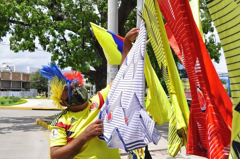 Los vendedores empiezan a desplegar las camisetas que serán comercializadas previo al partido de la Selección Colombia.   FOTO/JOAQUÍN RAMÍREZ.
