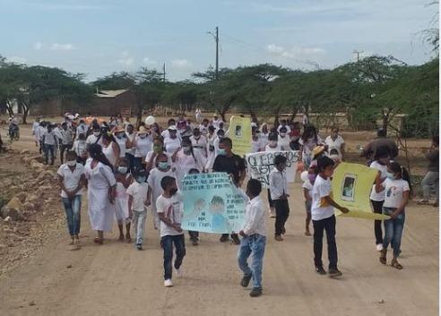 Los habitantes rechazaron la muerte de la niña con pancartas.  FOTO/CORTESÍA.