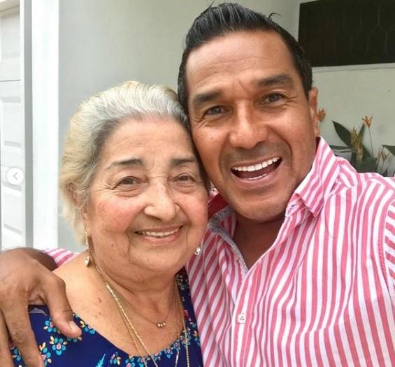 Checo Acosta acompañado de su madre Ruth Agudelo.   FOTO/CORTESÍA.