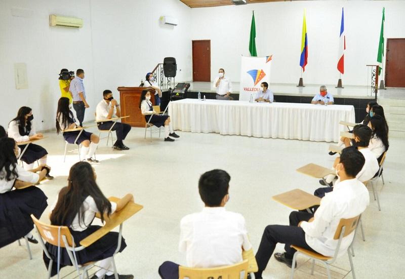 Los estudiantes del grado 11 se reunieron y escucharon a los portadores de la noticia.   FOTO/JOAQUÍN RAMÍREZ.