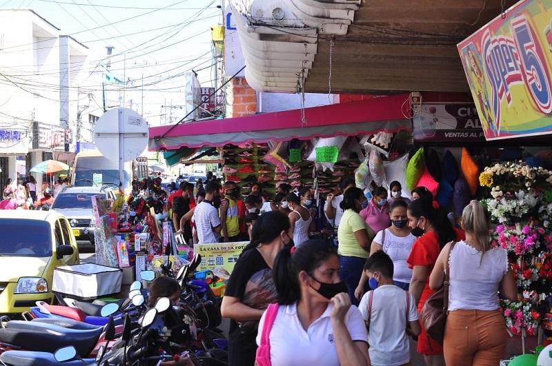Las aglomeraciones son el espacio donde los ladrones cometen sus fechorías al aprovechar la distracción de los compradores.  FOTO/JOAQUÍN RAMÍREZ.