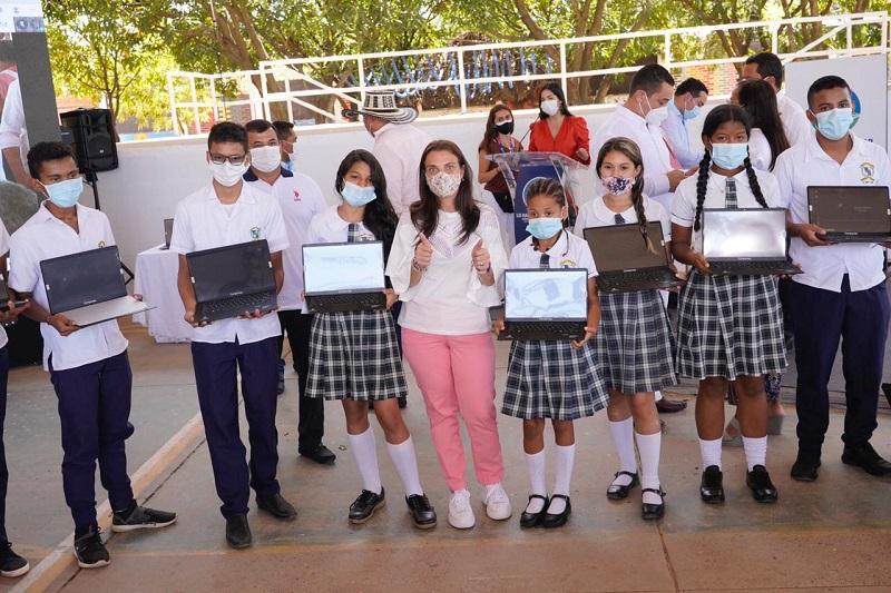 En la Institución Educativa Benito Ramos Trespalacios se realizó la entrega de 600 computadores para los municipios de El Paso, Astrea, Bosconia y Chimichagua.   FOTO/CORTESÍA.