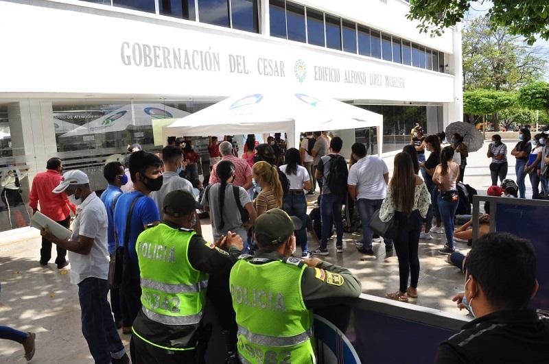 Los estudiantes se plantaron a las afueras de la Gobernación del Cesar.   FOTO/JOAQUÍN RAMÍREZ.