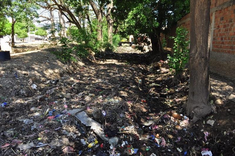 La acumulación de basuras no permite el paso de agua.   FOTO/JOAQUÍN RAMÍREZ.