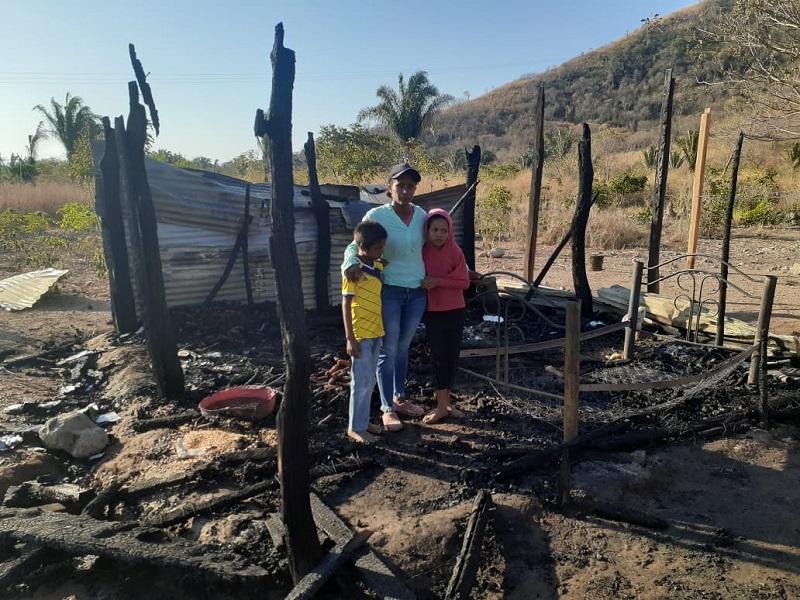 Las llamas consumieron todo la vivienda de esta familia alrededor de las diez de la noche del martes 23 del presente mes. FOTO/JOAQUÍN RAMÍREZ.