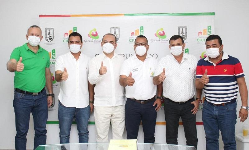 Wynter Díaz junto a los cinco alcaldes de los municipios que bordean a la ciénaga de la Zapatosa.   FOTO/CORTESÍA.