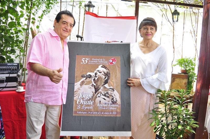 Jorge Oñate y Nancy Zuleta durante la develación del afiche inicial en homenaje al intérprete vallenato.    FOTO/JOAQUÍN RAMIREZ.