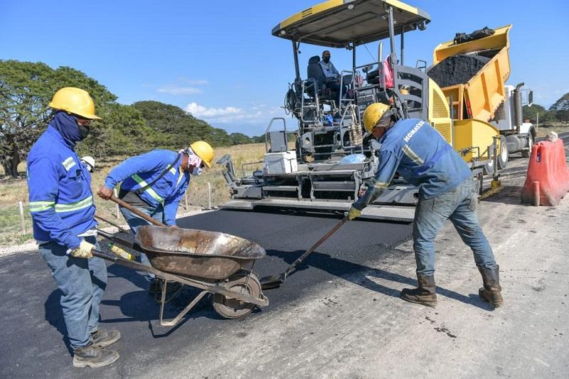 Obreros trabajan en las reformas que se aplicarán en la vía.  FOTO/CORTESÍA.